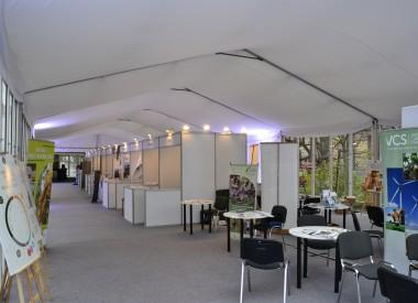 Wnętrze hali namiotowej na językowych targach branżowych