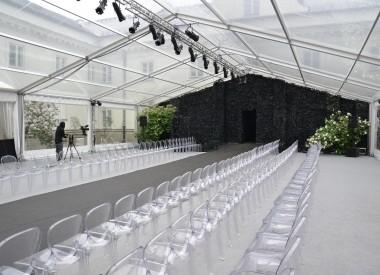 Pokaz mody zorganizowany w hali pleksi
