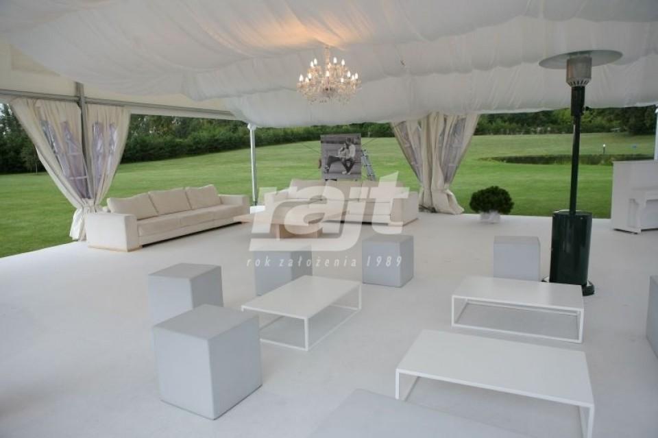 Elegancki event w hali namiotowej na polanie.