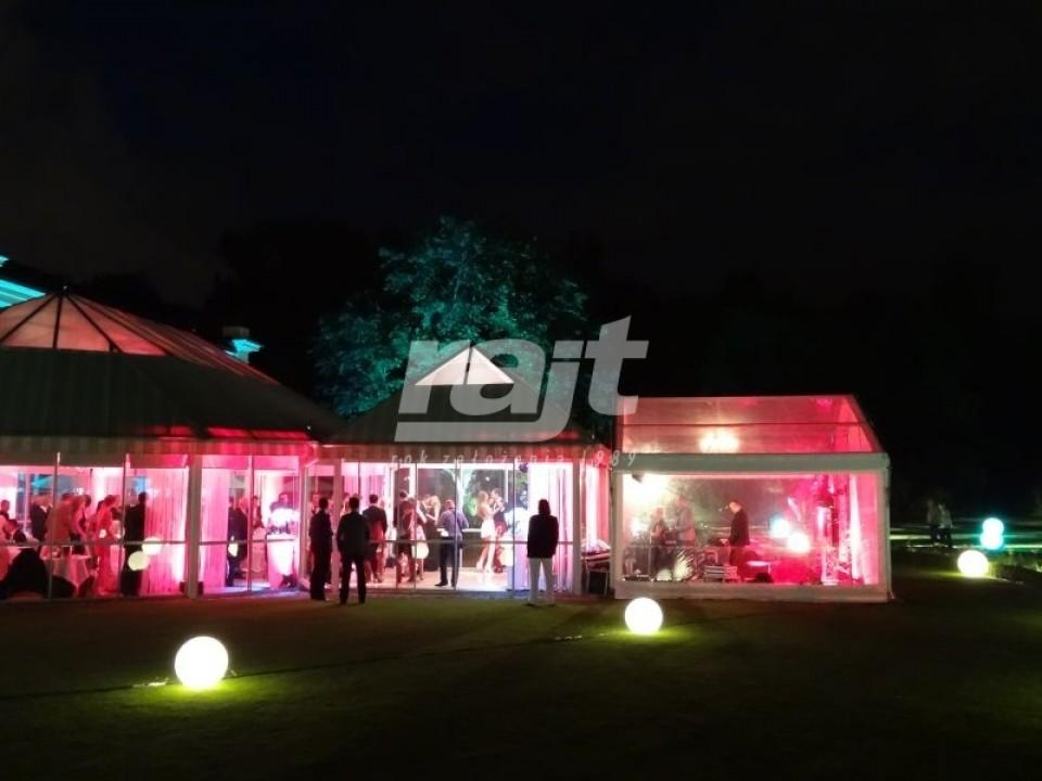 Impreza plenerowa nocą w transparentnej hali namiotowej RAJT