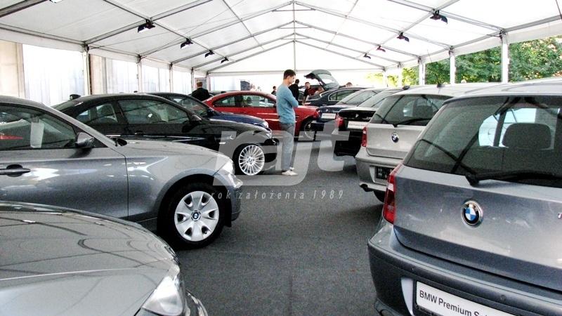 Wystawa samochodów BMW w hali namiotowej RAJT
