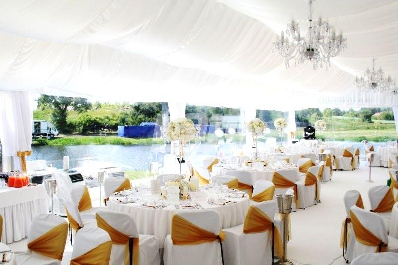 Piękne wesele plenerowe w hali namiotowej rozłożonej przy jeziorze.
