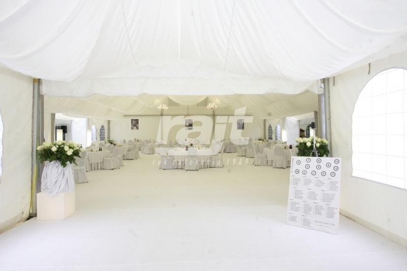 Wejście do dużej hali namiotowej na wesele w plenerze