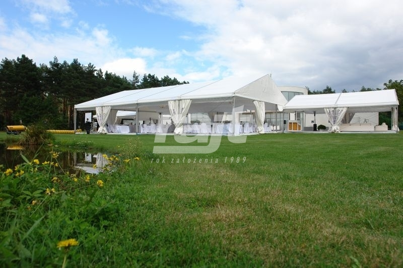 Wesele plenerowe w białych namiotach halowych