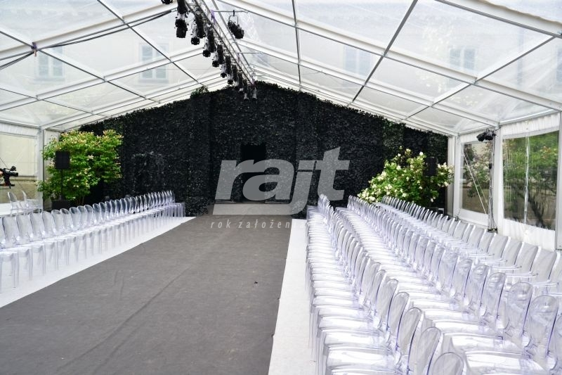 Nietypowy pokaz mody zorganizowany w transparentnej hali namiotowej