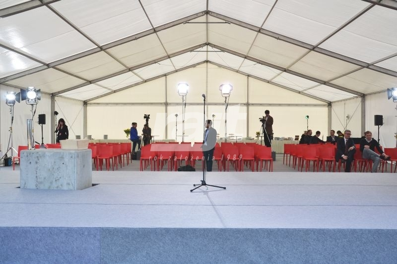 Konferencja w dużej hali namiotowej
