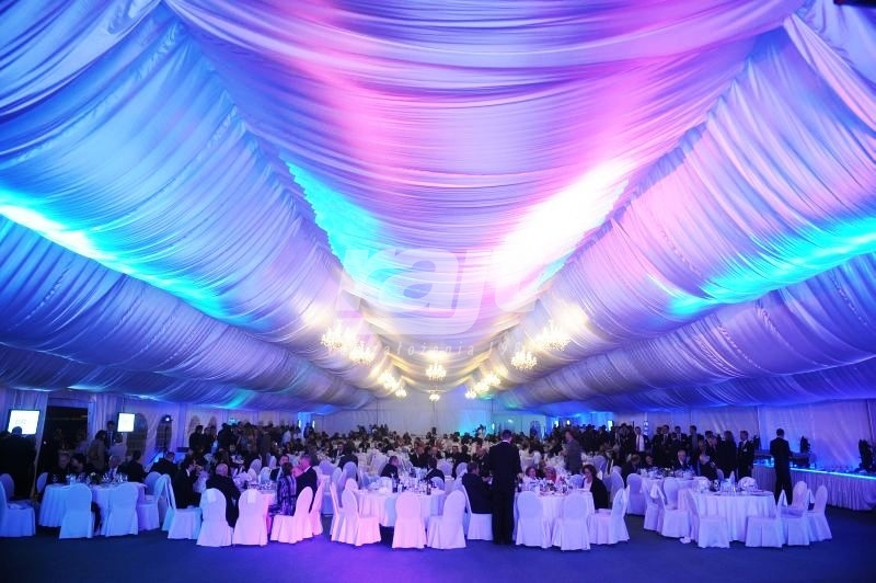 Uroczysta, duża gala w rozbudowanej hali namiotowej typ 20