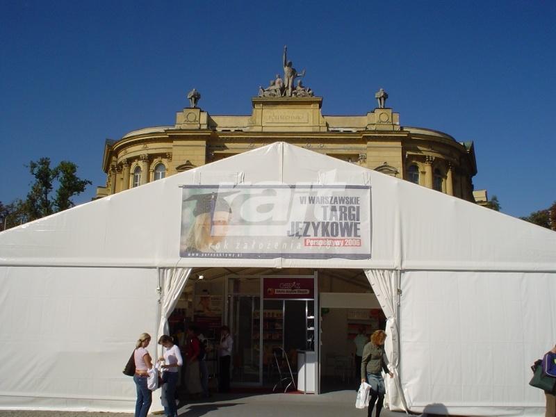 Wejście do dużej, zamkniętej hali namiotowej, w której odbywają się targi językowe.