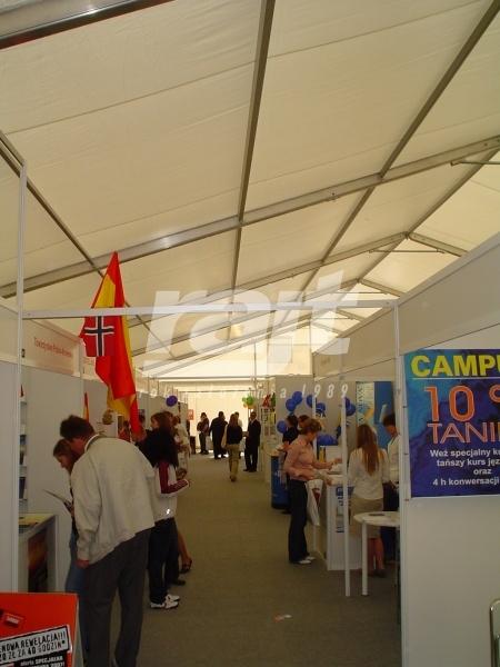 Wnętrze hali namiotowej na targach.