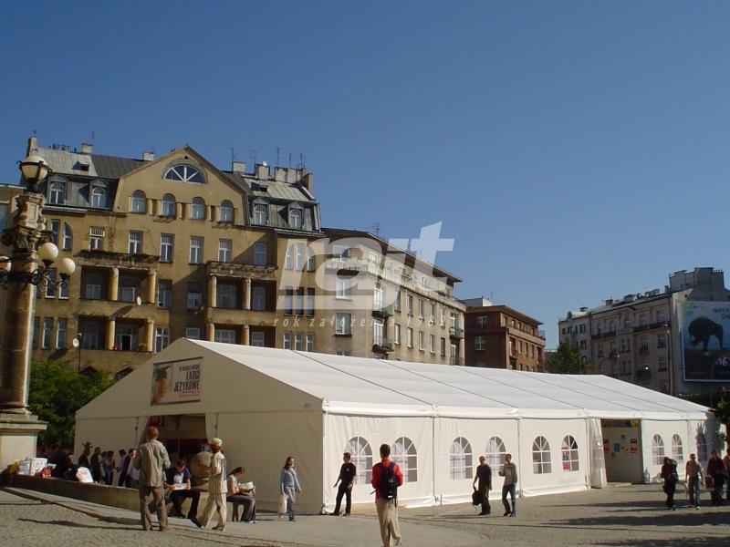 Targi branży językowej w zamknięte hali namiotowej.