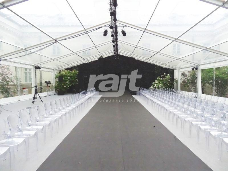 Pokaz mody zorganizowany w hali namiotowej.