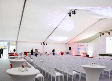 Konferencja w hali namiotowej