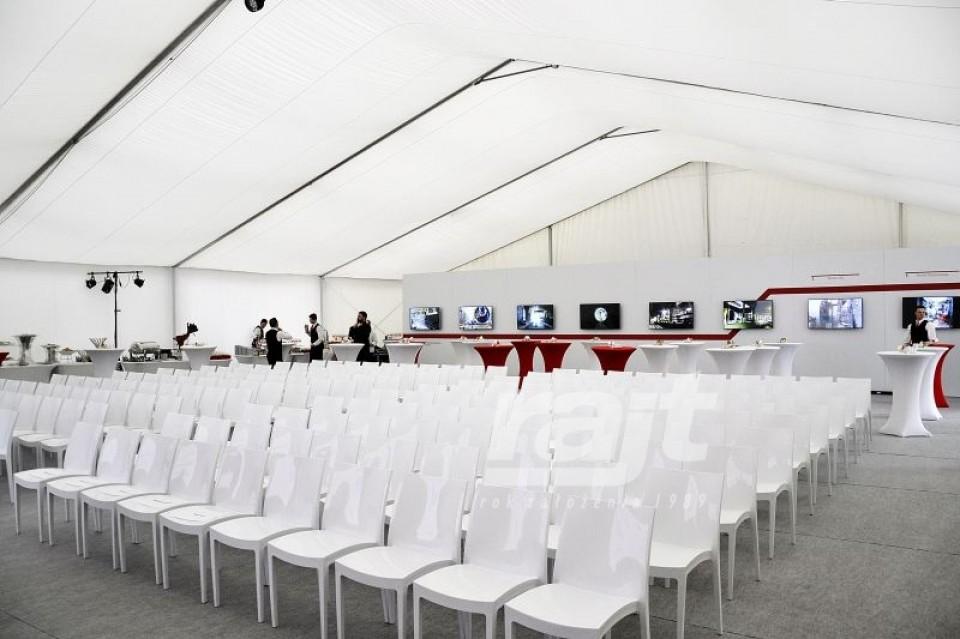 Elegancka konferencja w dużej hali namiotowej.