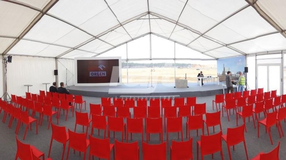 konferencja w dużej hali namiotowej z transparentnymi ścianami bocznymi.