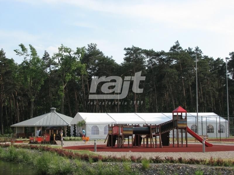 Hala namiotwa RAJT rozłożona obok placu zabaw na imprezie plenerowej.