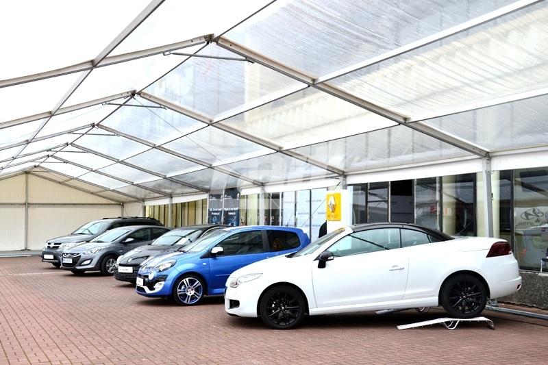 Prezentacja nowej marki samochodowej w hali namiotowej