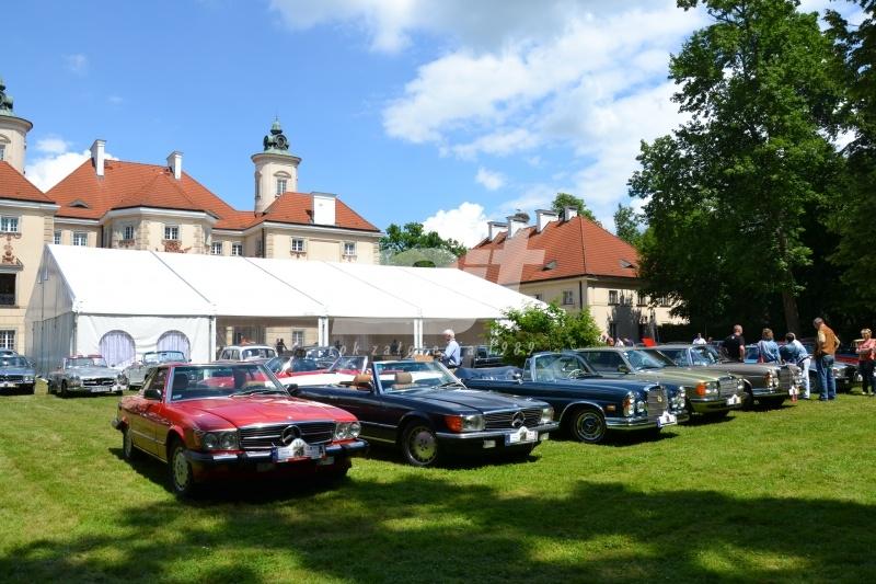 Pokaz starych samochodów na zlocie przed halami namiotowymi