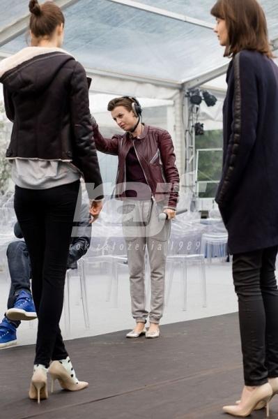 Przygtowania do pokazu mody w hali namiotowej pleksi