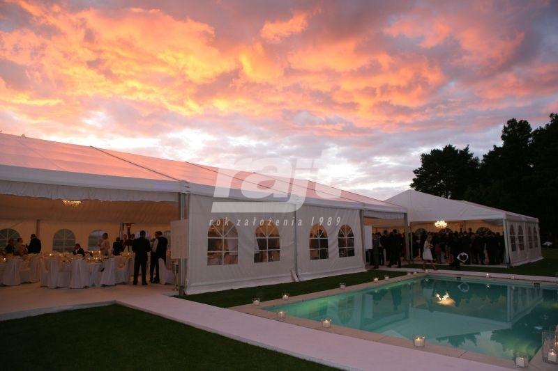 Hala namiotowa na weselu plenerowym postawiona przy basenie.
