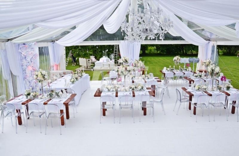 Pięne wesele w plenerze w transparentnej hali namiotowej RAJT