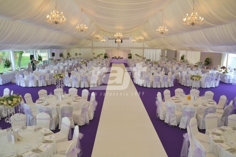 Bajeczny wystrój hali namiotowej na wesele plenerowe