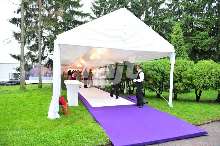 Połączone namioty bankietowe jako wejście do hali namiotowej na wesele plenerowe